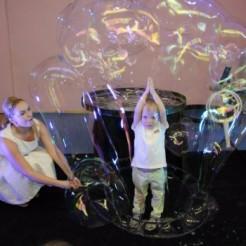 Четвертый пример шоу гигантских мыльных пузырей Татьяны Медведевой