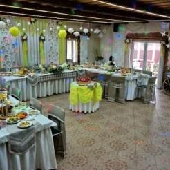 Банкетный зал, украшенный на свадьбу