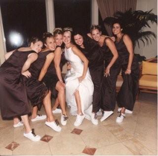 невеста и подружки в кроссовках