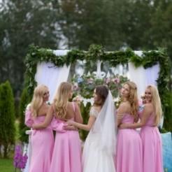 Невеста и подружки на свадьбе