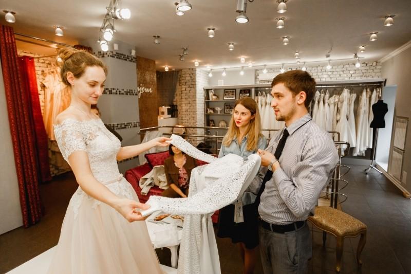Невесте предлагают свадебное платье