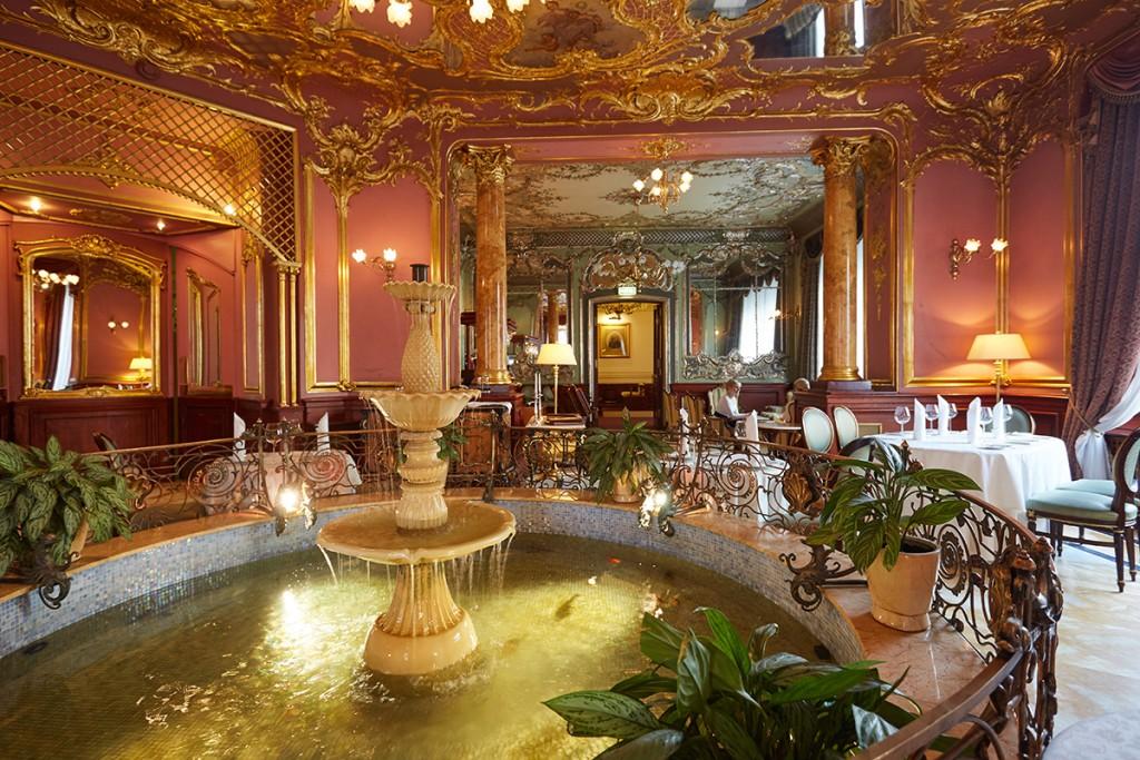 """Зона у фонтана, которая делит банкетный зал ресторна """"Савой""""                               на две зоны"""