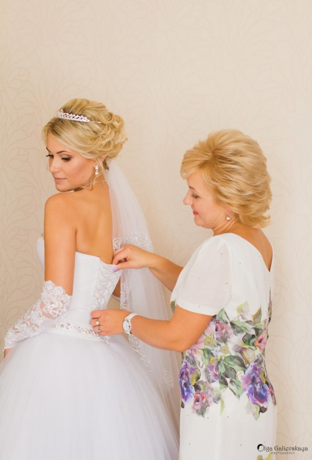 Мама подготавливает невесту