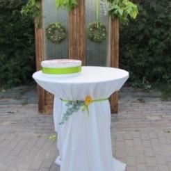 Украшенный свадебный стол под кольца