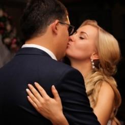 Фотография целующихся молодожен