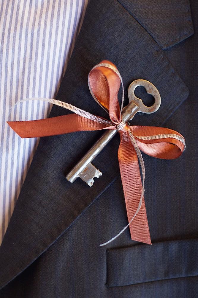 бутоньерка с ключом