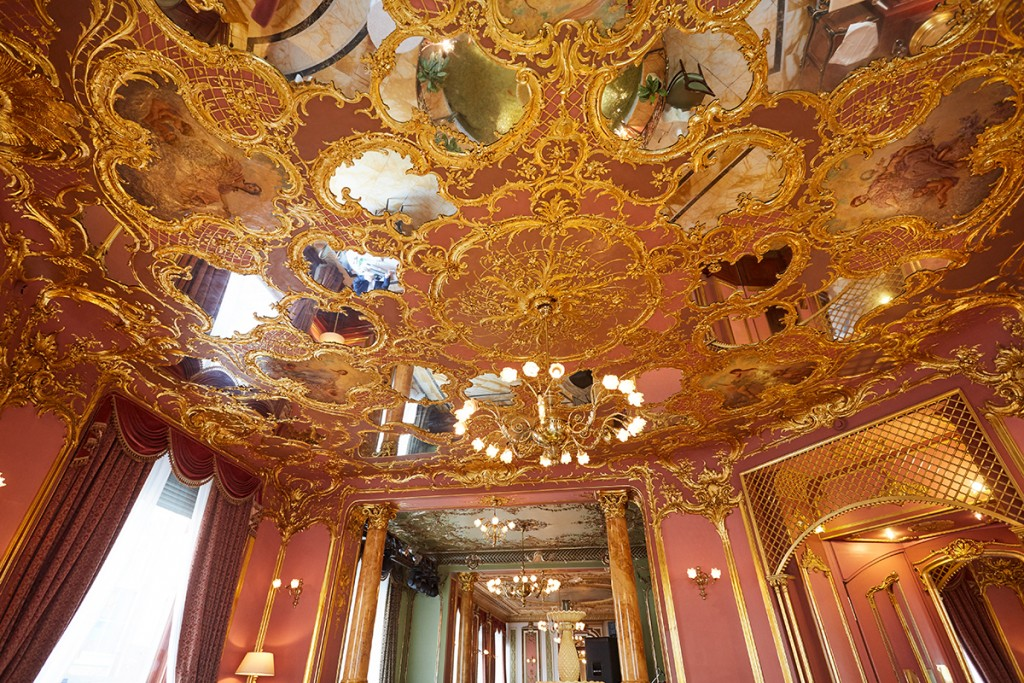 Роскошный потолок у ротонды с фонтаном в Savoy