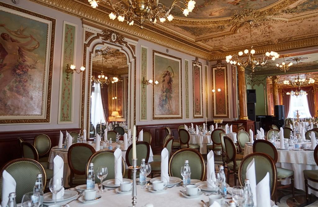 Зал ресторана Savoy - позолоченые рамы, картины, массивные люстры - все                               отсылает гостей к истории города