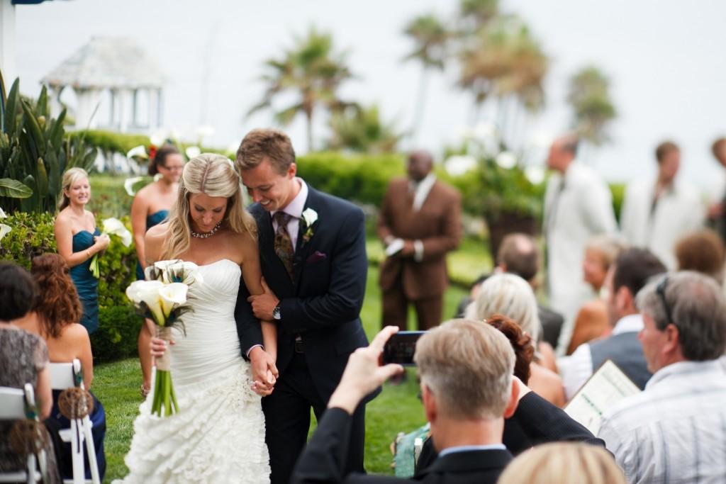 Эту музыку выбрать несколько сложнее, но лучше отдать такую привилегию самой невесте, так будет правильно и разумно.